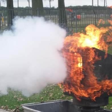 Kleine blusmiddelen begin van brand schade beperken